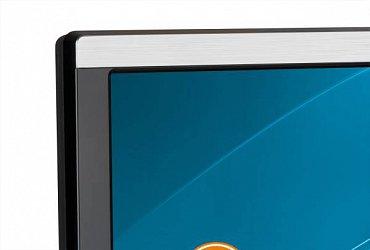 Plastová stříbrná lišta lemuje obrazovku zdola a shora. Široká je v horní části 12 a v dolní 21 mm.