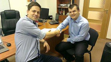 Šéf Jízdomatu Jan Mittner (vlevo) a Marcel Veselka zakladatel služby Stopar.sk uzavírají dohodu.
