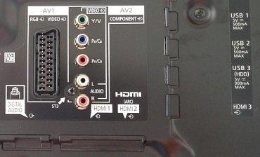 Rozhraní televizoru Panasonic TX-55CR850. V dnešní době se u drahých přístrojů s Ultra HD počítají především konektory USB 3.0 a HDMI 2.0 (více je pochopitelně lépe), u těch levnějších s rozlišením Full HD pak samotný počet HDMI a USB a také starý dobrý SCART. Pokud ale i tady náhodou narazíte na HDMI 2.0 či USB 3.0 určitě se nebraňte…