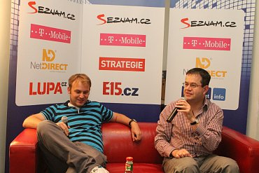 Petr Koubský (vpravo) zpovídá Jana Bartu