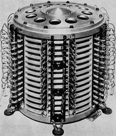Koncept bubnové paměti (na fotografii verze pro polské počítače ZAM-41) vyvinul již vroce 1932 ve Vídni Gustav Tauschek – ten shodou okolností pracoval pro německý Rheinmetall a navrhl dokonce kompletní účetní systém využívající děrnoštítkové stroje (ten se nicméně nikdy nedostal do výroby), později pracoval Tauschek pro IBM, která od něj zakoupila celkem 169 patentů. Bubnovou magnetickou paměť lze označit za předchůdce pevných disků – každá záznamová stopa měla vlastní čtecí a zápisové hlavy a počet stop obvykle odpovídal šířce slova sníž daný počítač pracoval.