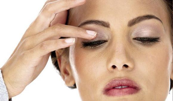 Záněty očních víček postihují často ženy, které zanedbávají odlíčení
