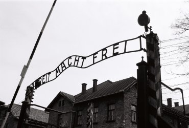 Hlavní brána v koncentračním táboře Osvětim