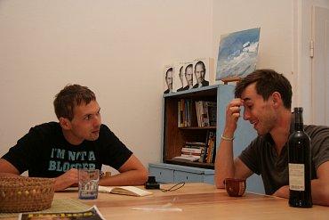 Jan Kolář (vpravo) vrozhovoru sautorem