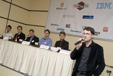 Tomáš Jindříšek moderuje panel na konferenci WebTop100 v roce 2008