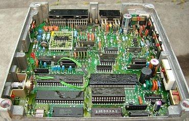 LH-Jetronics ECU vyráběná licenčně v polovině 80. let japonskou společností JECS. Je osazena klonem procesoru Motorola 6800 a 16kB ROM v podobě samostatných čipů (nikoliv jednočipového mikrokontroléru).