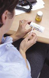 Lékař hledá při testování moči signály zánětu, bakteriální infekce či třeba nádoru.
