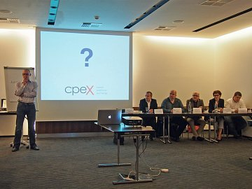 Na tiskové konferenci: vlevo ředitel CPEx Matěj Novák z Centra, vpravo zástupci vydavatelství