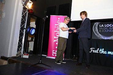 Tomáš Nawar z vývojářského studia Madfinger Games přebírá ocenění.