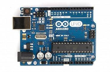 Základní a asi nejznámější model s procesorem ATMEGA328p běžícím na 16 MHz a napájeným 5 V, který je schválně v patici, aby bylo jednoduché ho vyměnit (to když při pokusech unikne z procesoru kouř, na který vnitřně funguje). Dále je na desce druhý procesor ATMEGA16U2, který zajišťuje komunikaci s PC přes USB a málokdo o něm ví, že je také volně programovatelný.