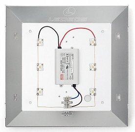 """Ty drobné """"ďubky"""" ke kterým vedou dráty, jsou výkonové LED diody, uprostřed je pak zdroj. Ledeos Home 10W používá čtyři LED, vyšší verze šest (na snímku)."""
