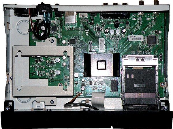 """Interní disk 2,5"""" SATA, který si můžete přikoupit instalujeme do přijímače na kovový rám (na obrázku vlevo dole) pomocí montážních šroubků a podložek a připojíme dodávaným kabelem z příslušenství. Externí disky můžeme připojit na kterýkoliv z tří USB portů."""