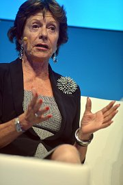 Neelie Kroes, se neopomněla pustit do mobilních operátorů.