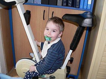Petr je od narození hluchý, má dětskou obrnu, epilepsii a špatně se mu dýchá. Přesto má život pro něj i pro jeho blízké smysl.