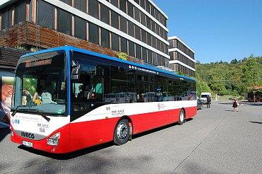 Autobusy linky 381 zPrahy do Kutné Hory dopravce ČSAD POLKOST umí platby jízdného u řidiče pomocí bezktontaktních platebních karet MasterCard a Visa. (09/2015)