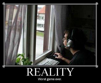 Skutečnost je hra, hra je skutečnost. Málokdy jsou vtipné obrázky kolující po internetu takhle výstižné.