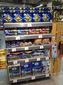 Nabídka vánočního zboží v supermarketu Billa na Hlavním nádraží v Praze. Pořízeno 15.9.2012