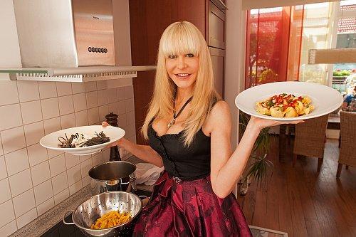 """Dolly Buster už svoje """"herecké"""" kvality předvedla, teď je na řadě vaření."""