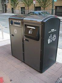Chytré popelnice Big Belly Solar Compactor nejsou žhavou novinkou, první solárně napájené a mobilně komunikující popelnice sinterním lisem na odpad byly instalovány již vroce 2004. Jejich výhodou je, že si umí samy objednat odvoz až když jsou téměř plné – a díky internímu kompaktoru se tak stane za 7-8x delší dobu než u klasické popelnice srovnatelných rozměrů. Úspory při vývozu odpadků jsou tak vysoké, že výrobce popelnice neprodává, ale pouze pronajímá – i tak se to řadě měst vUSA či Velké Británii vyplatí.