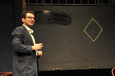 Hra založená na kresbě kosočtverce – Ondřej Vetchý v inscenaci Milana Kundery Ptákovina (Činoherní klub)