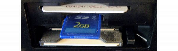 Mezi oběma porty pro kartu a modul zbylo místo i pro čtečku paměťových SD karet.