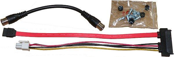 Na obrázku je část příslušenství, kabel pro instalaci pevného disku, montážní šroubky pro upevnění disku a propojka tunerů