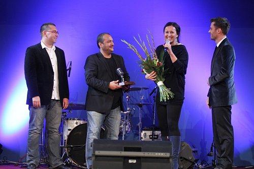 Tým Ranní show Evropy 2 si přebírá cenu za první místo v anketě Moderátor roku.