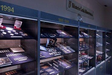 Uložené mince a medaile jsou ve vitrínách řazeny chronologicky