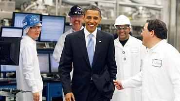 Solyndra je miláčkem Obamovy administrativy. Ukazuje americký sen, jak má vypadat: na začátku je chytrý nápad, rychlý rozjezd, draví investoři a vize. Prezident Obama na prohlídce továrny Solyndra.