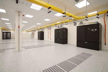 Čerstvě zkolaudovaný datasál DC3 je zatím prázdný, chystá se instalace prvních racků. DC1 je momentálně obsazen z 93 %, DC2 z asi 33 %.