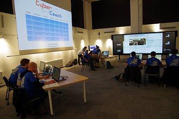 Modré týmy expertů čelí útokům, každý ve své elektrárně.