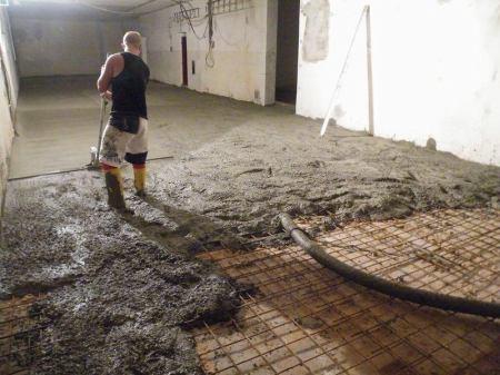 Betonování podlahy a uhlazování vibrační deskou