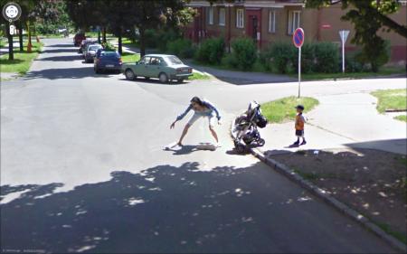 Google Street View - maminka pod kola
