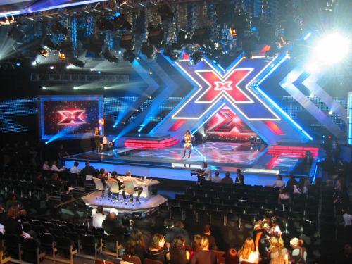 X Factor soutěžící zpívá
