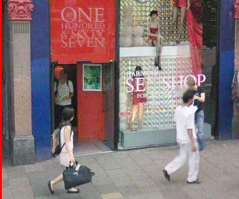 Google Street View a muž vycházející ze sexshopu