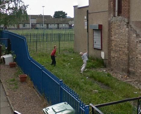Google Street View - děti házející kameny do okna - Skotsko