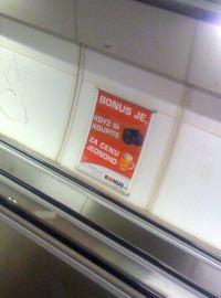 Bonus.cz na reklamě v metru, stanice Hradčanská