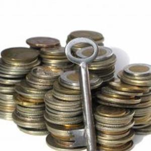 klíč, peníze, exekuce, dluhy