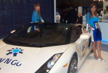 Hostesky a pěkná auta na Cebitě
