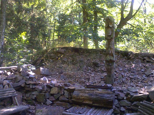 Indiánský totem v osadě vzpomínek pod Pišťákem