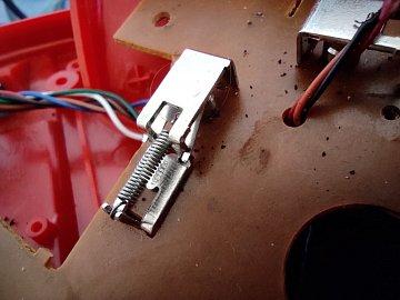 Opravený mikrospínač s novou pružinkou.