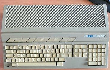 Počítač Atari 1040 STFM v celé své kráse.
