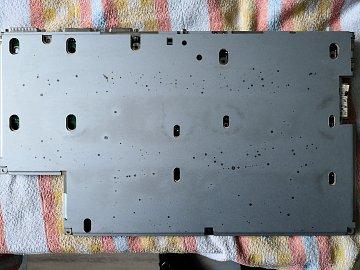 Ty tečky po celém povrchu jsou povrchové stopy rzi. Nikde není prorezlo do hloubky.