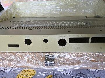 Příprava spodního krytu na sluneční lázeň. Všimnětě si světlejším míst, kde bylo světlo kryto (pod konektorem monitoru a ve spáře).