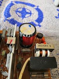 Detail napájecího zdroje s kondenzátorem.