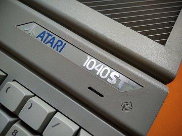 Tady máme detail krytu a loga, mimochodem na logu Atari je pořád původní ochranná fólie, přes všechny procedury se mi podařilo zachovat i tu :-)