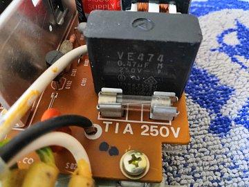 Kondenzátor X2, tahle potvůrka ráda bouchá.