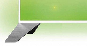 Podstavec není podstavec, ale podpěry v rozích obrazovky. Jsou bytelné, z jednoho kusu hliníku a na spodu mají výtečné gumy, takže nepoškodí ani drahý nábytek.