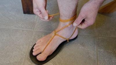 Vyr�b� boty, kter� se mus�te nejprve nau�it nazout a pak se v�nich nau�it�chodit