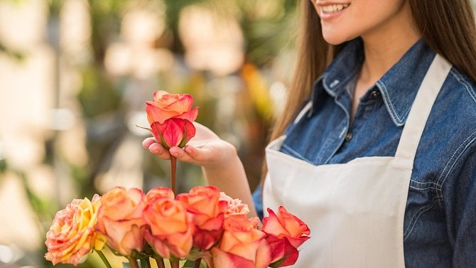 Květinářství zůstala ipřes zpřísnění otevřena. Mají na růžích ustláno?